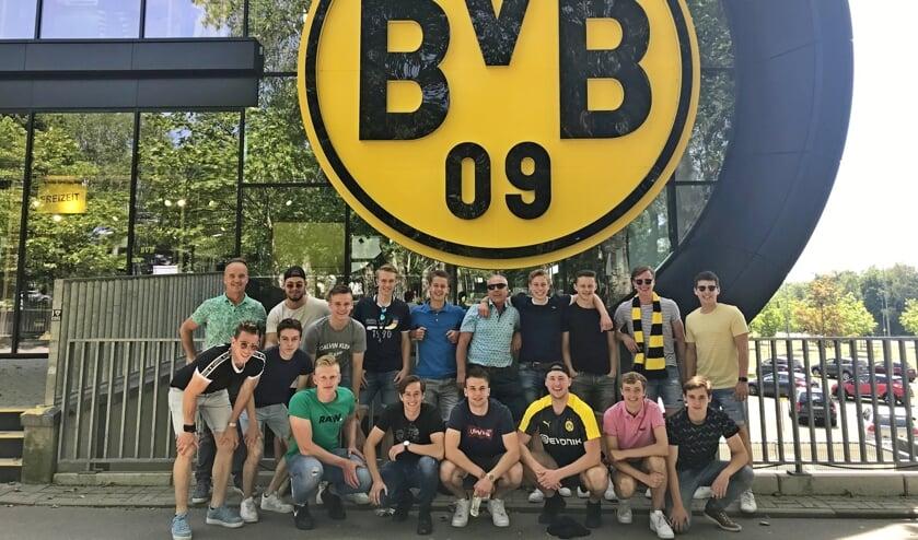 Team en begeleiding van Pax JO19-1 voor het prachtige stadion van Borussia Dortmund. Foto: PR
