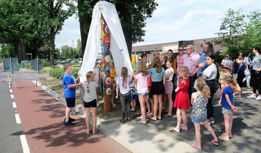 Kinderen van de (nieuwe) Watermolenschool onthullen een duurzame boom/verkeerspaal. Foto: Theo Huijskes