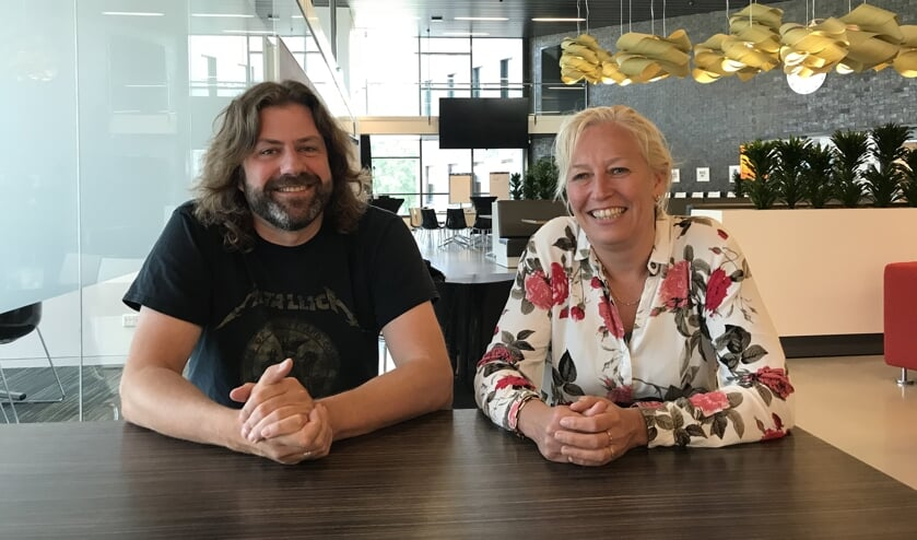 Johan Godschalk en Mirjam Mellink op de plek waar Johan vanaf 6 september wekelijks een inloopspreekuur houdt. Foto: PR gemeente Berkelland