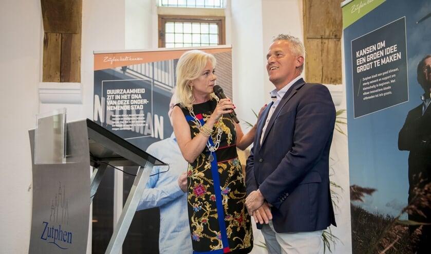 Tijdens de Haring Party op 14 juni reikte burgemeester Annemieke Vermeulen de Zilveren Haring uit aan ondernemer Jan Bobbink van Qlip. Foto: Pascale Drent