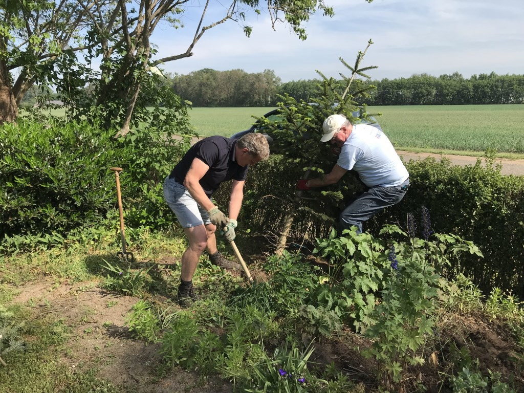 Team en bestuur van Present aan het werk in een tuin in Bronckhorst. Foto: Present Bronckhorst  © Achterhoek Nieuws b.v.