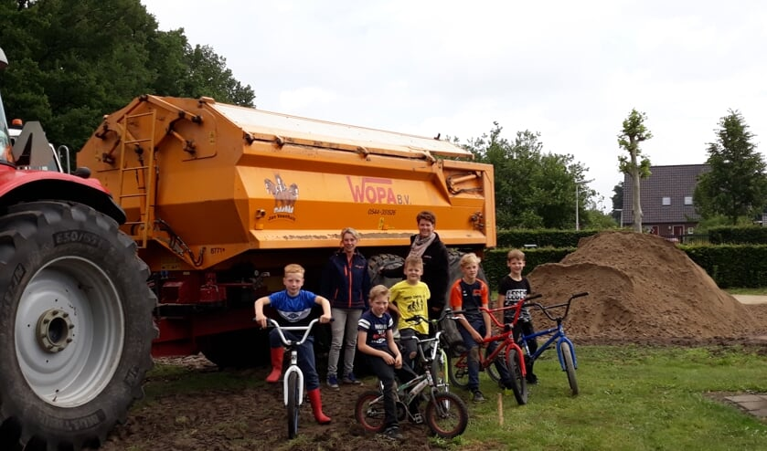 De jonge fietscrossertjes kunnen niet wachten tot de baan geopend wordt. Foto: Renate Donderwinkel