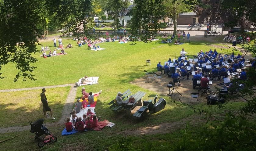 Ook de Muziekvereniging Groenlo, hier tijdens een picknickconcert, krijgt meer zeggenschap over de lessen bij Boogie Woogie.
