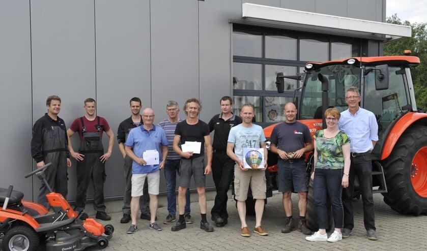 De prijswinnaars gingen op de foto met de medewerkers van Slootsmid. Foto: Martin Schaepman