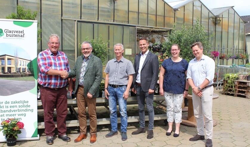 In het bijzijn van wethouder Evert Blaauw (2e van links) van de gemeente Bronckhorst heeft Glasvezel buitenaf bekend gemaakt dat de aanleg van een nieuw glasvezelnetwerk op de bedrijventerreinen in Bronckhorst gaat starten. Foto: PR