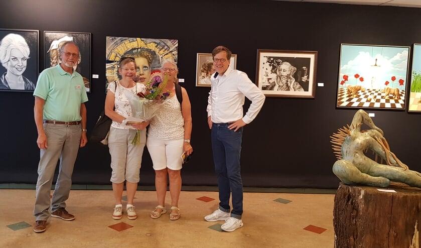 Nelleke Hoogstraten en Carla van der Woude-de Jong (midden) werden door Rob Teunissen (r) en René Swienink gefeliciteerd. Foto: PR.