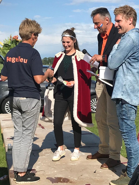 Nieuwe schutterskoningin Sietzke Rouwenhorst neemt de prijs in ontvangst. Foto: Joke de Vries  © Achterhoek Nieuws b.v.