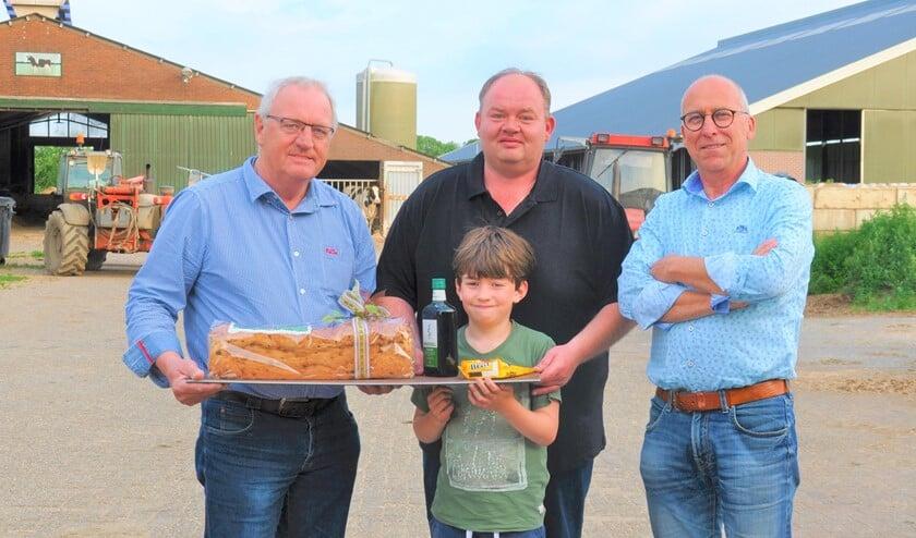 Leo Raben (patrijzenteller), melkveehouder Wouter Breunissen met zoontje Maurice en Rob Geerts van de VAL.  Foto: Maartje Geerts