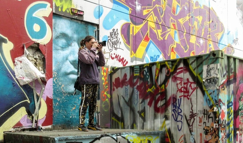 Janette van Egten bezig met een grote hobby: fotograferen. Foto: Marc Stronks