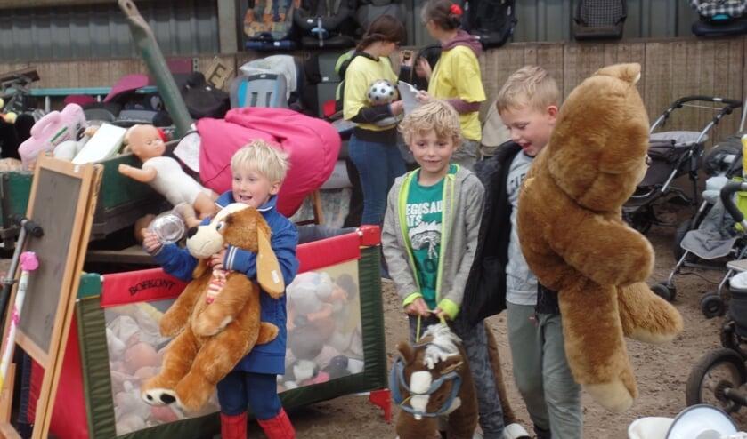 Deze kinderen gingen op de rommelmarkt met met hun gekochte knuffels huiswaarts. Foto: Jan Hendriksen.