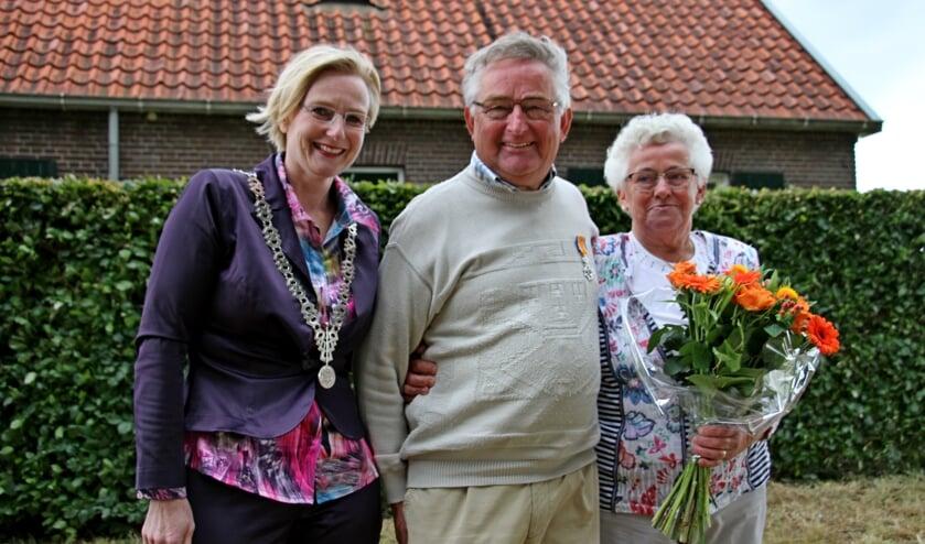 Burgemeester Marianne Besselink bij de gedecoreerde Toon Folmer en zijn trotse vrouw Gerry. Foto: Liesbeth Spaansen