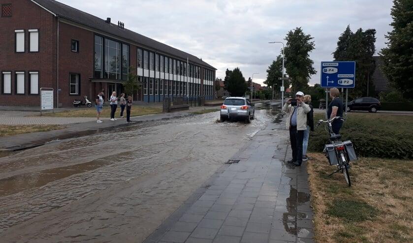 Door de gesprongen waterleiding kwam de straat al snel blank te staan. Foto: Annekée Cuppers