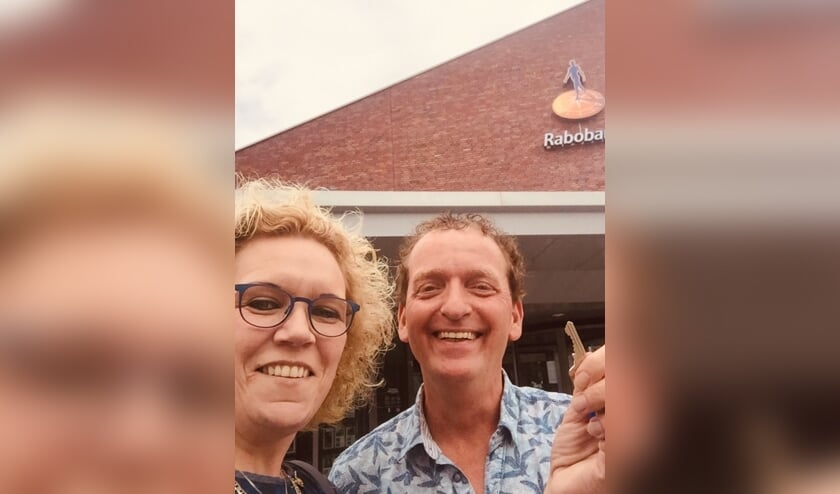 John en Monique van der Voort met de sleutel van het Rabobank pand in Vorden die is overgedragen aan het Zelhemse echtpaar. Foto: PR.