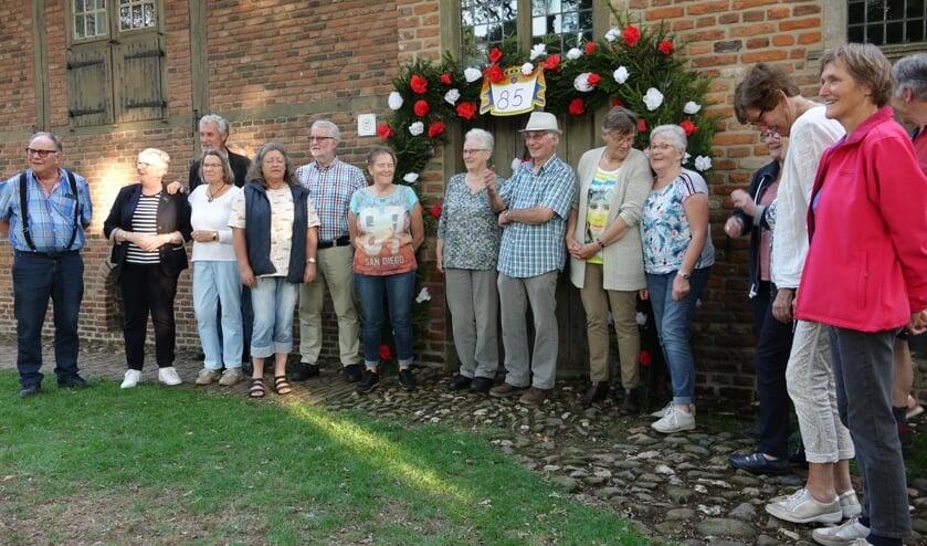 Een aantal vrijwilligers heeft in een spontane actie de ingang van de Lebbenbrugge vesierd. Foto: Ben Tragter