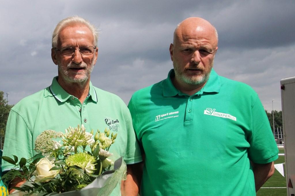 Sandy Schreur met jubilaris Eduard Schreur (70 jaar lid). Foto: Frank Vinkenvleugel  © Achterhoek Nieuws b.v.