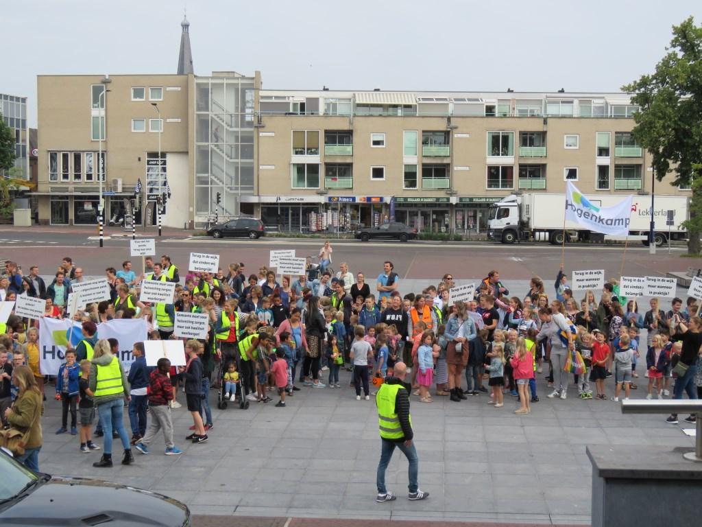 De demonstranten voor het stadhuis. Foto: Bert Vinkenborg  © Achterhoek Nieuws b.v.