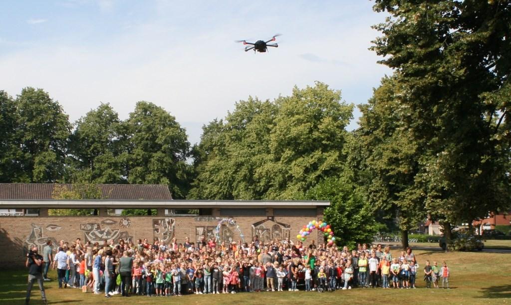 Alle leerlingen gaan met behulp van een drone op de foto. Foto: Jos Betting  © Achterhoek Nieuws b.v.