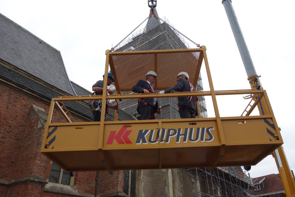 Gedeputeerde Peter Drenth en wethouder Wim Aalderink in het 'bakje' naar boven. Foto: Clemens Bielen  © Achterhoek Nieuws b.v.