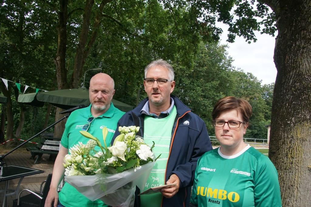 Sandy Schreur, Simon Rijsbergen (25 jaar lid)en Kim ten Holte. Foto: Frank Vinkenvleugel  © Achterhoek Nieuws b.v.