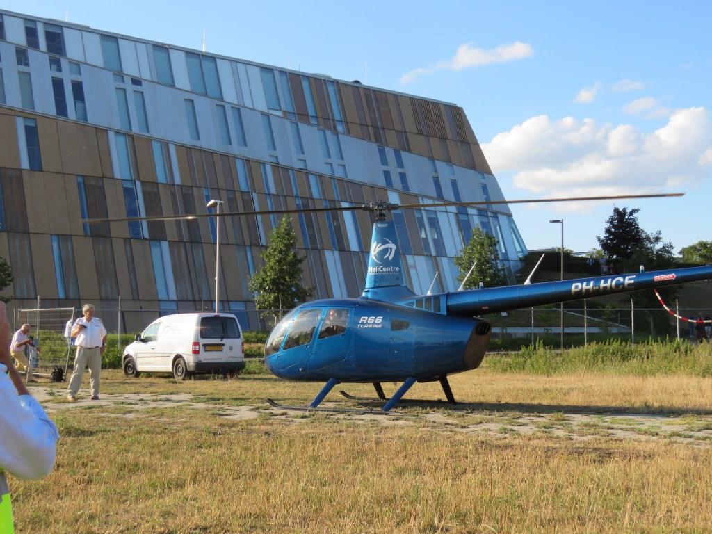 De helikopter landde in het veldje naast de school. Foto: Bert Vinkenborg  © Achterhoek Nieuws b.v.