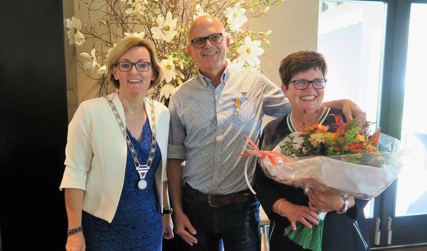 Sjaak Hulshof met echtgenote Tjardy en links locoburgemeester Marieke Frank. Foto: Theo Huijskes