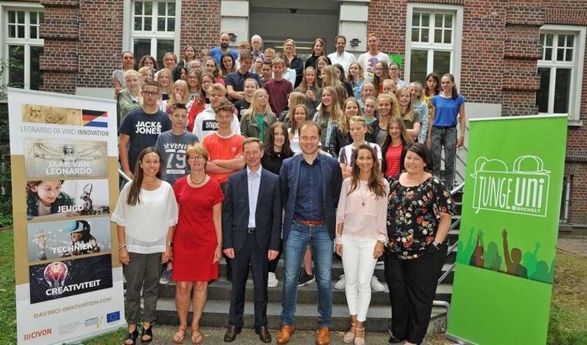 De leerlingen met op de eerste rij onder andere wethouder Hans te Lindert. Foto: Bruno Wansing