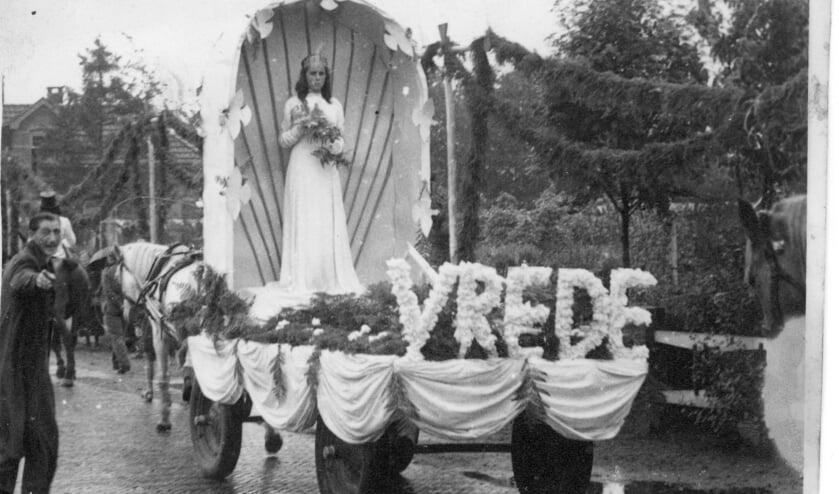 Bevrijdingsoptocht met de wagen van Het Hoge: 'Vrede'. Deze optocht werd gehouden rond Koninginnedag (Koningin Wilhelmina) op 31 augustus 1945. Foto: PR