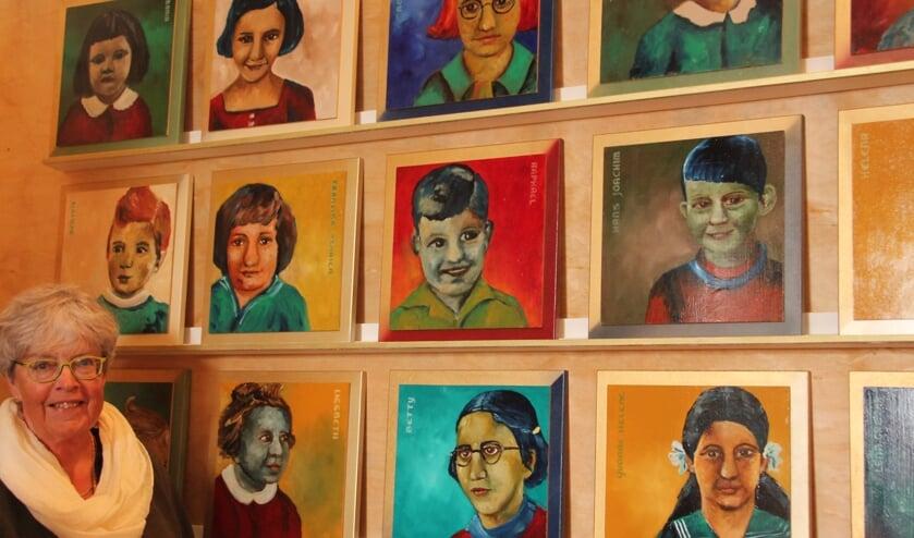 Ada Stel-van Dijken bij enkele van de portretten.Foto: Lydia ter Welle