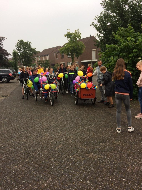 De kinderen nemen in stijl van afscheid van juf Diana. Foto: eigen foto  © Achterhoek Nieuws b.v.