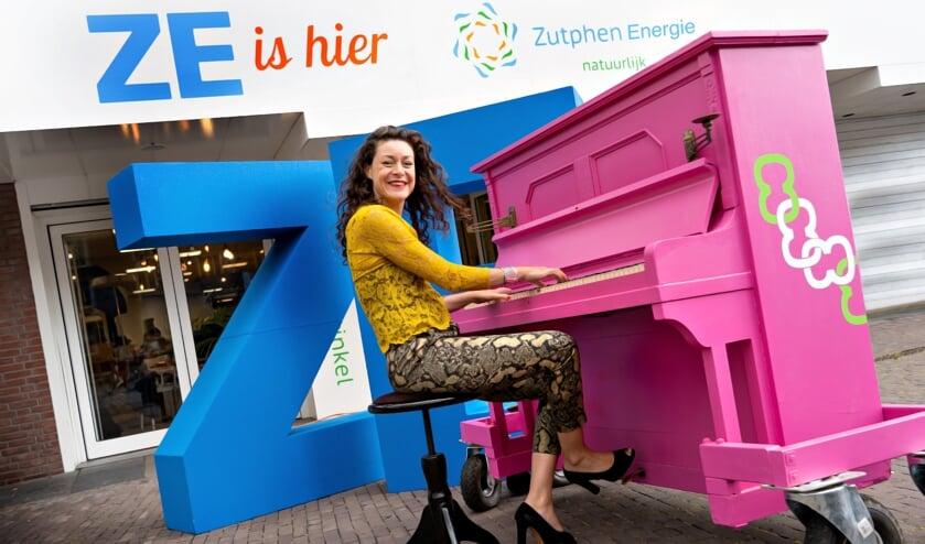 Op de piano voor de Energiewinkel bracht Merel Hubatka het lied ten gehore. Foto: PR