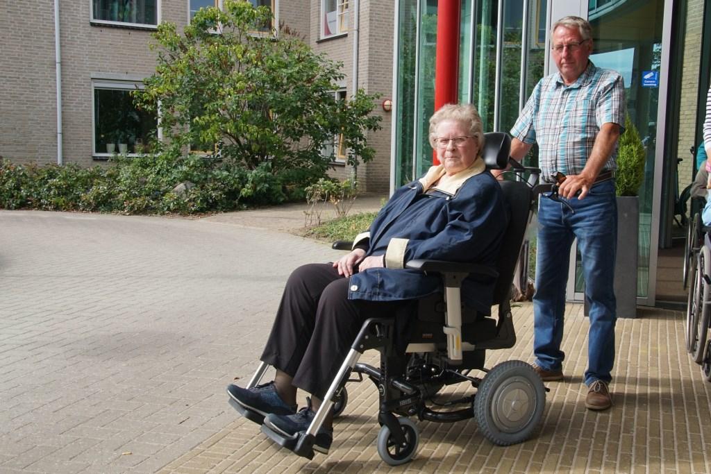 Dinie te Kamp gaat woensdagmorgen als eerste gebruiker van de nieuwe rolstoel, geduwd door Hans Bulsink. Foto: Frank Vinkenvleugel  © Achterhoek Nieuws b.v.