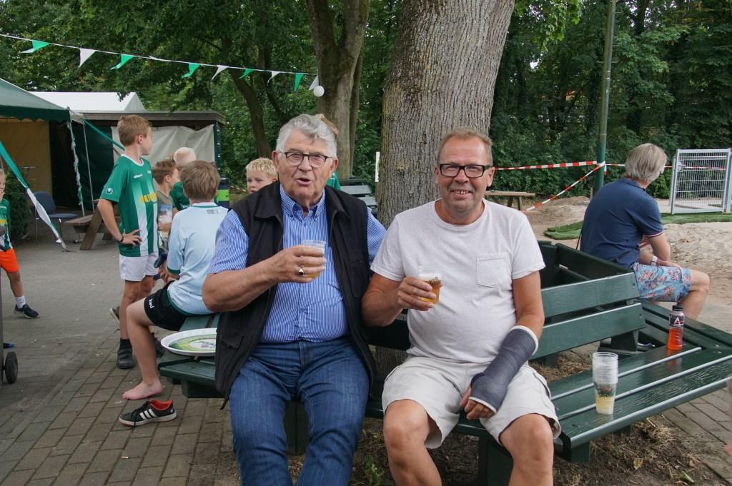 Frans Vreemann en Carlos Maurick genieten van een drankje. Foto: Frank Vinkenvleugel  © Achterhoek Nieuws b.v.