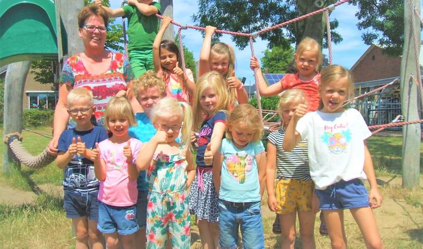 Juf Doortje IJnsen met 'haar' kinderen. Foto: Reinier Kroesen