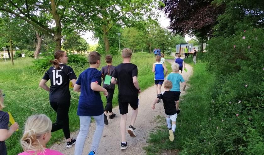 De jongeren deden enthousiast mee aan de sponsorloop. Foto: Luuk Aalbers