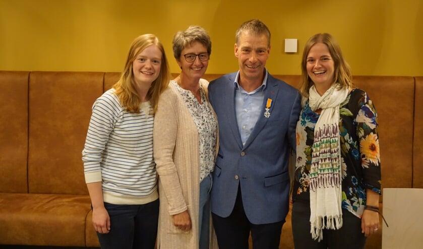 Johan Pennings te midden van zijn  gezin. Foto: PR Gemeente Aalten