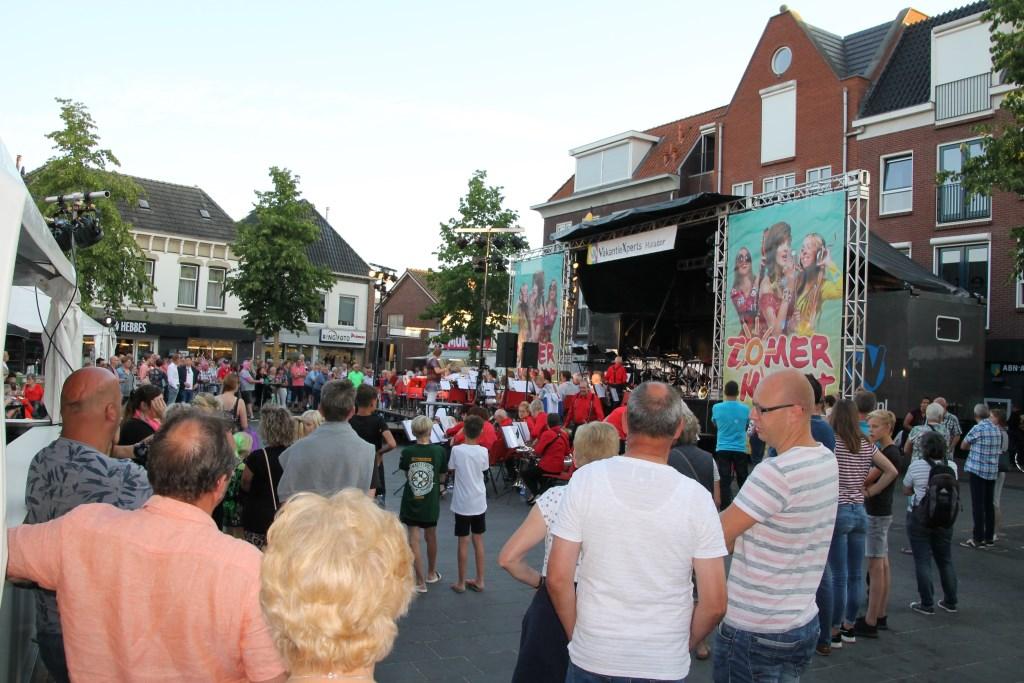 Veel mensen moesten staan omdat de terrassen vol zaten. Foto: Annekée Cuppers  © Achterhoek Nieuws b.v.