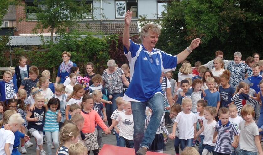 Al dansend nam Ap Wentink afscheid van de Kerst Zwartschool. Foto: Jan Hendriksen.