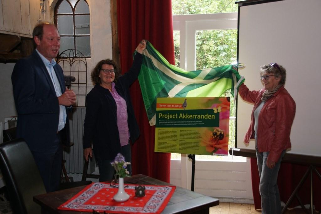 Inge Teunissen (links) en Marian Dekker onthullen het projectbord. Foto: Frank Vinkenvleugel  © Achterhoek Nieuws b.v.