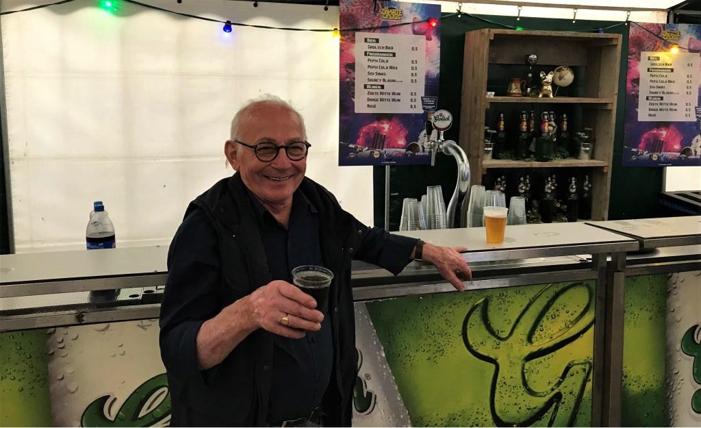 Jan tapt het eerste biertje maar gaat zelf aan de cola. Foto: Etienne Heutinck  © Achterhoek Nieuws b.v.