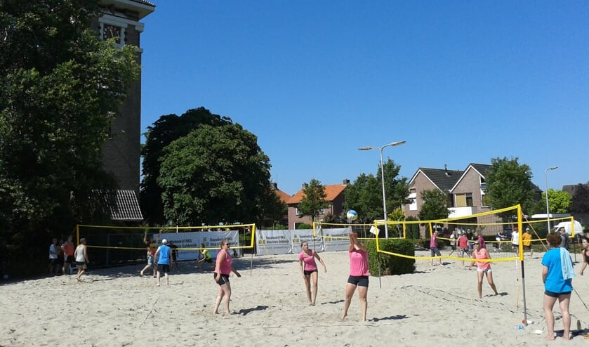 Aankomend weekend is het kerkplein in Mariënvelde omgetoverd in een grote zandbak voor het Marvo Beach Tournooi. Foto: PR