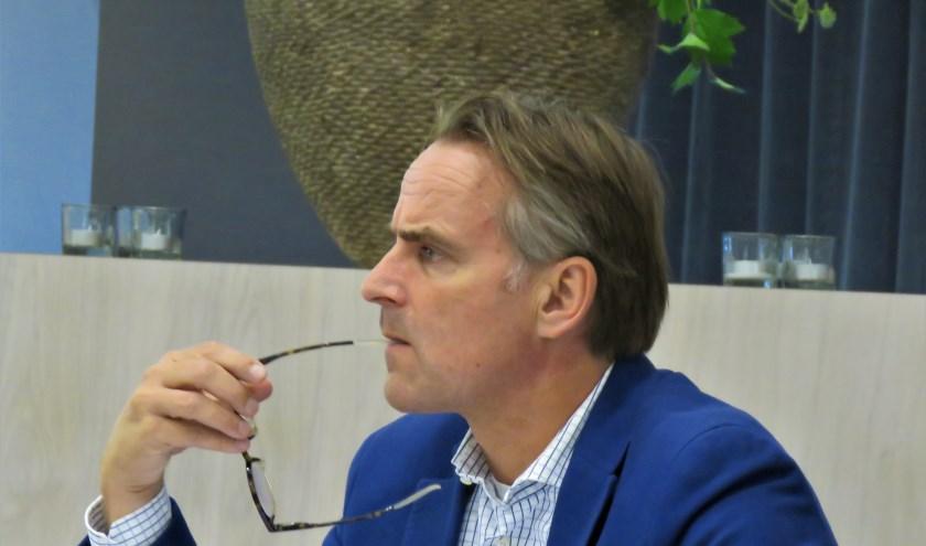Amphion-directeur Charles Droste luistert aandachtig toe in de raadvergadering. Foto: Bert Vinkenborg