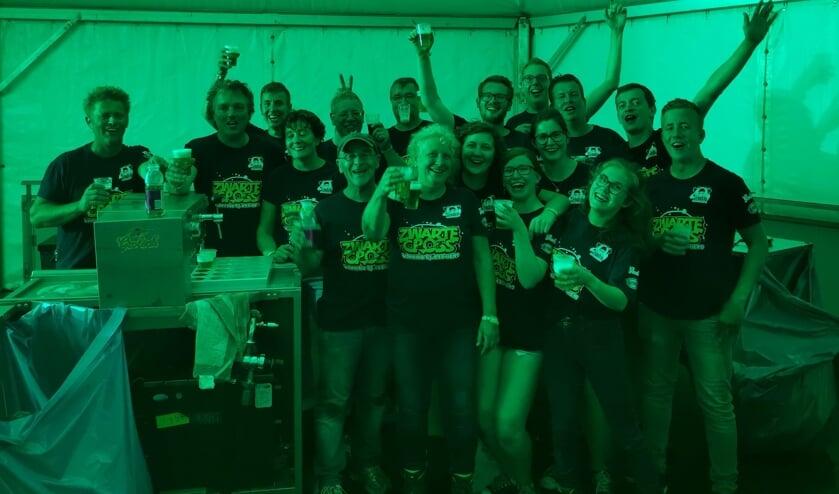 De korfballers van Olympia '22 en de muzikanten van Sophia's Lust proosten na afloop van de bardienst op een geslaagde samenwerking. Foto: PR.