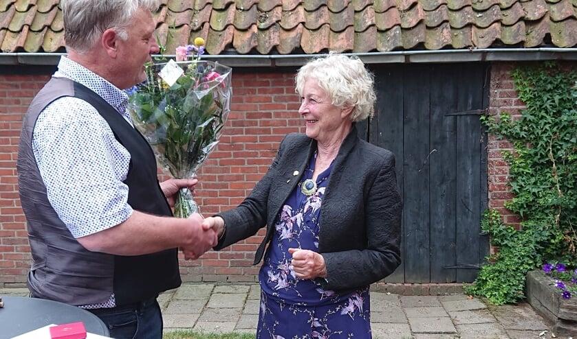 Christine Stigter krijgt speld voor 50 jaar lidmaatschap PvdA. Foto: PR PvdA