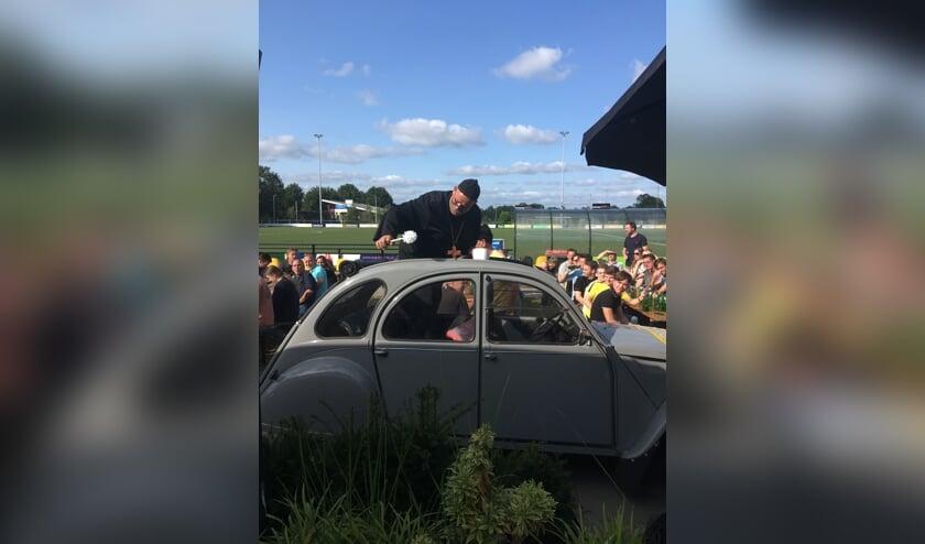 De prijsuitreiking van het HKT werd verricht door Paus Willy II, die met een heuse pausmobiel op sportpark 't Rikkelder arriveerde. Foto: PR.