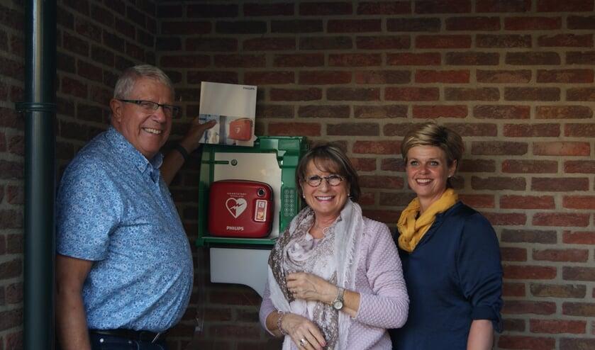 Wim de Jager, Kea Donker en Saskia Arendsen (v.l.n.r.) bij de AED van De Heurne Oost. Foto: Edith Derksen