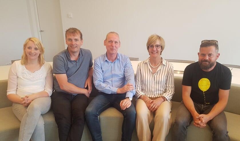 Vlnr: Marian Roerdinkholder en Rob Kuenen van OGJO, wethouder Jos Hoenderboom, burgemeester Annette Bronsvoort en Gijs Jolink van de Feestfabriek.