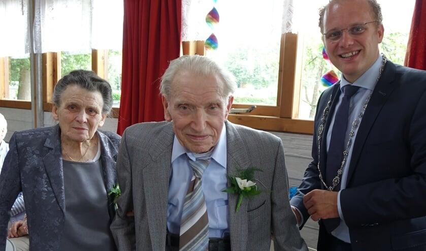 De burgemeester feliciteert het echtpaar Ten Hagen. Foto: Sis Huiskamp