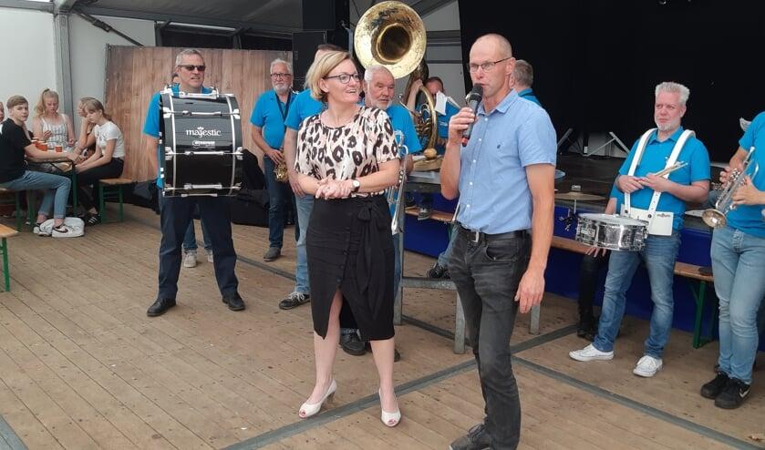 Voorzitter Ronny Papen met locoburgemeester Marieke Frank en leden van de Knolle. Foto: Ferry Broshuis