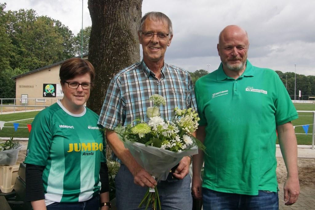 Kim en Sandy flankeren Gerrie Tuenter (70 jaar lid). Foto: Frank Vinkenvleugel  © Achterhoek Nieuws b.v.