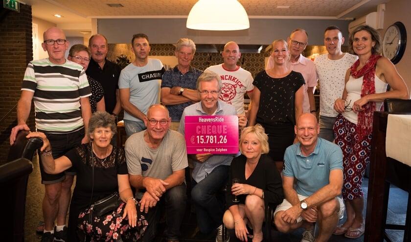 Medewerkers van Hospice Zutphen en  vrijwilligers en het bestuur van de Stichting Heavensride. Foto: Esther Tanis